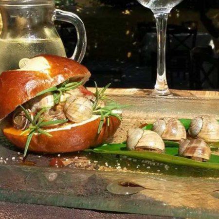 Σαλιγκάρια με Golden Samena, δεντρολίβανο και αρωματική σάλτσα ντομάτας