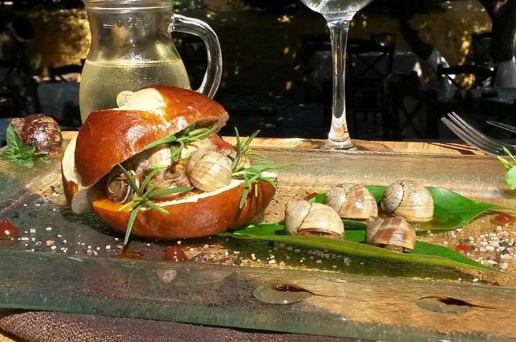 Σαλιγκάρια με Samena, δεντρολίβανο και αρωματική σάλτσα ντομάτας