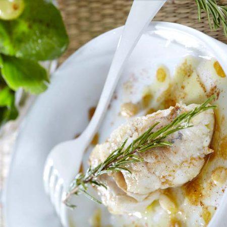 Πεσκανδρίτσα με δεντρολίβανο και σαλάτα με σταφύλι